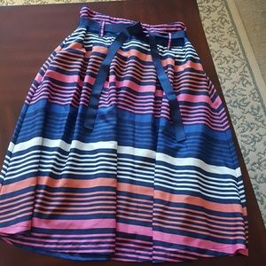 Beautiful, flowy multicolored skirt with pockets!